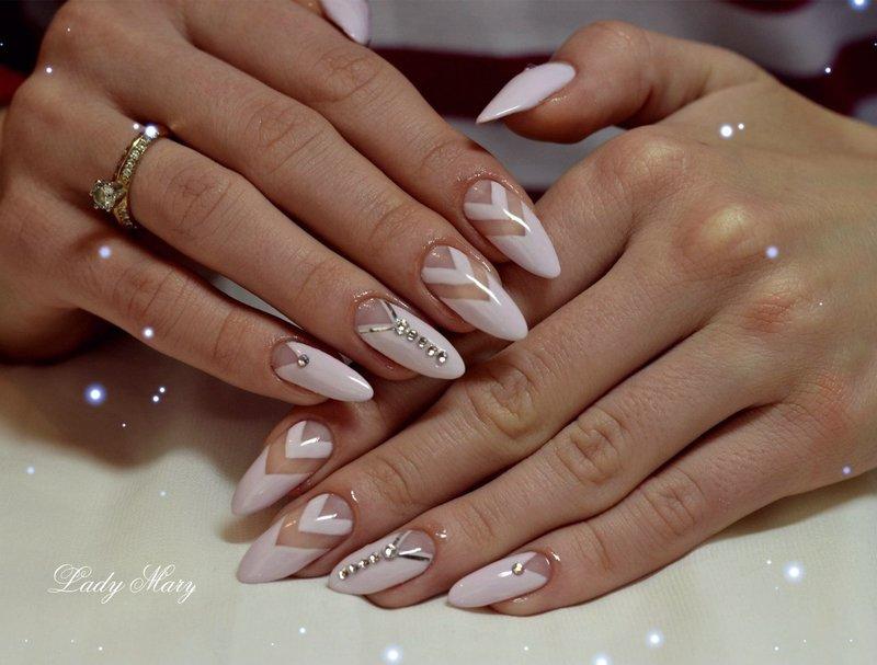 Лунный маникюр на овальных ногтях