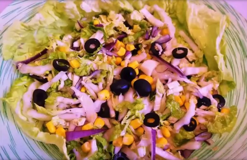 Салат из пекинской капусты с кукурузой сыром и крабовыми палочками