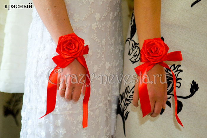 На руку цветы из атласных лент подружкам невесты