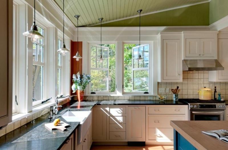 Дизайн кухни с окнами с двух сторон