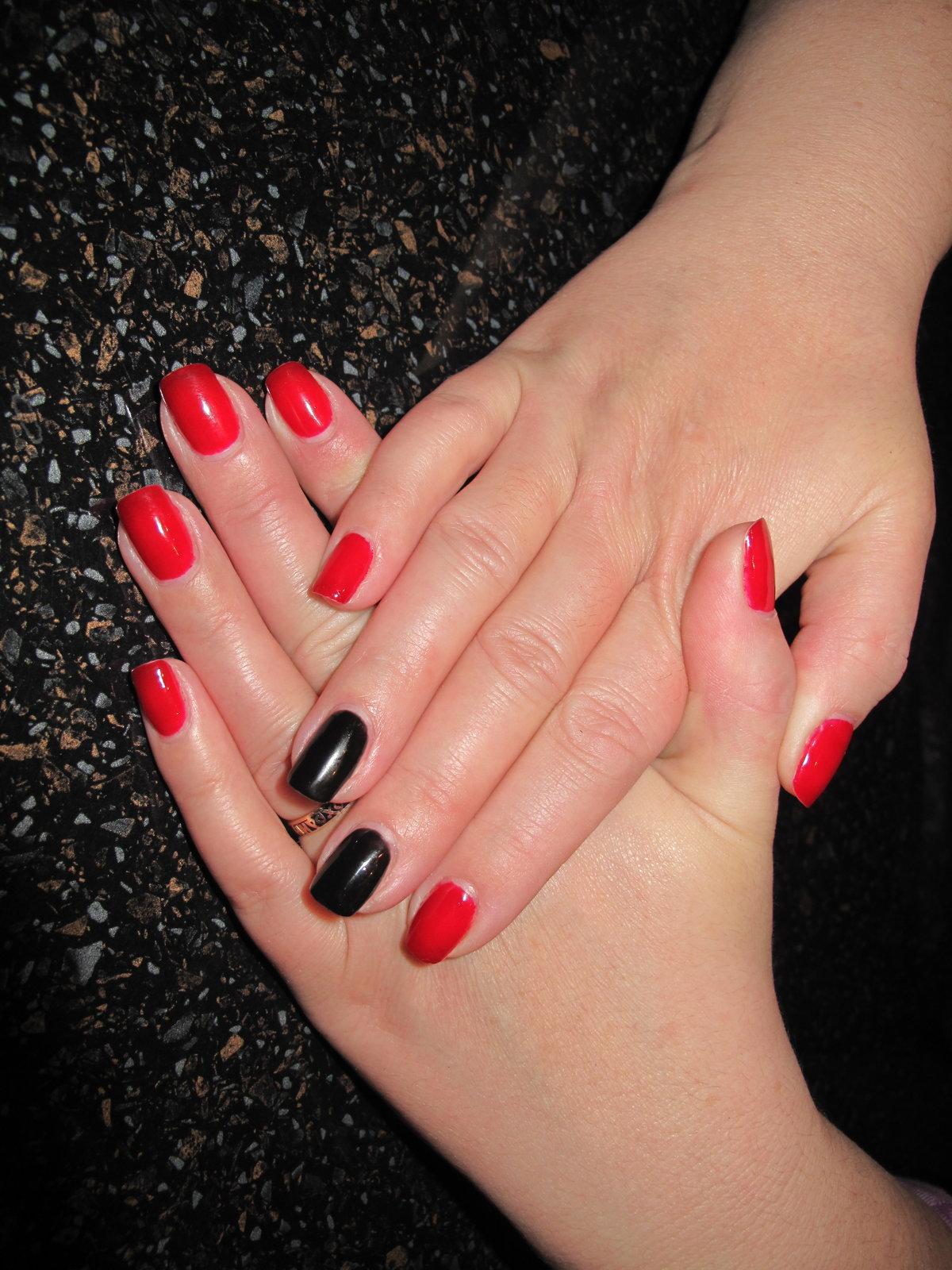 Как накрасить ногти синим и красным лаком