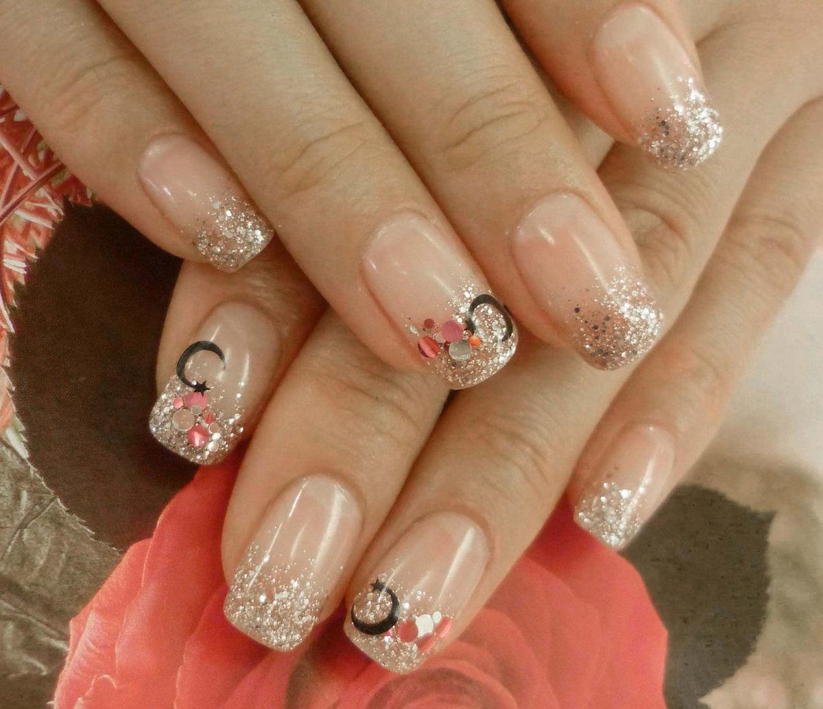 Фото белых ногтей с блестками
