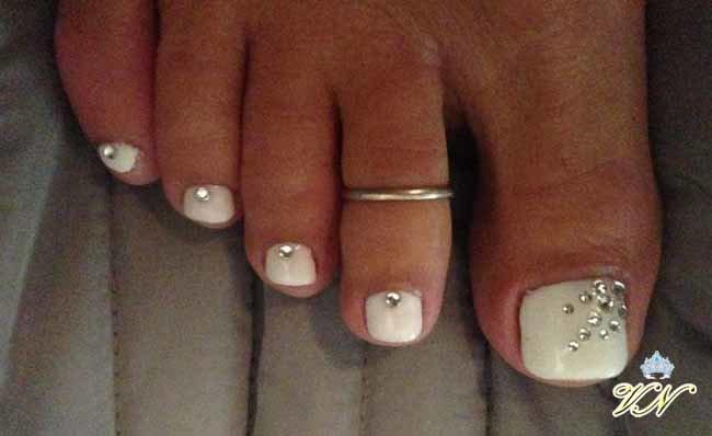 Фото стразы на белых ногтях на ногах