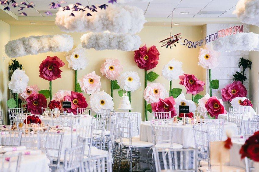 Как оформить зал бумажными цветами