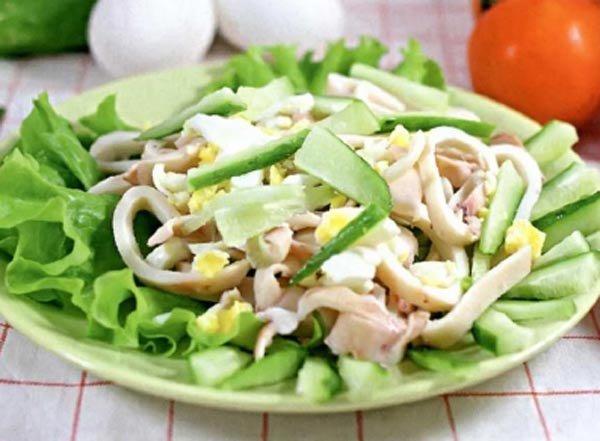 Салат с кальмарами яйцом и перцем