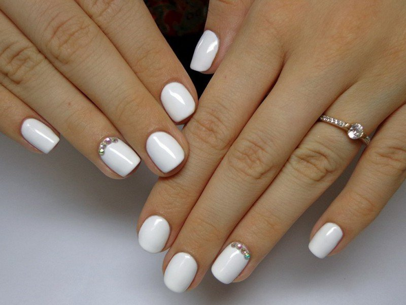 Свадебный маникюр с белым лаком