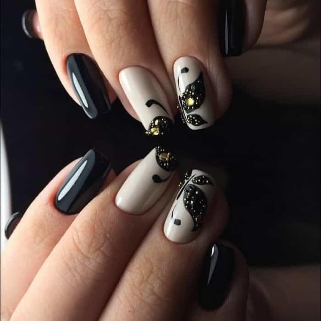 Дизайн ногтей с черным гель лаком и стразами фото