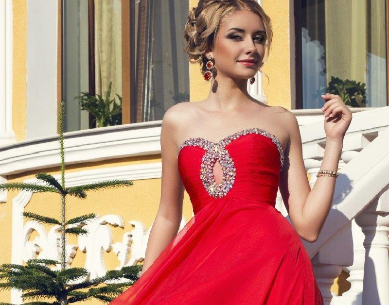 Блондинка в вечернем платье