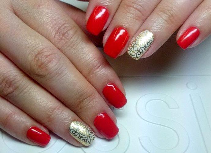Дизайн ногтей в красно-золотом цвете