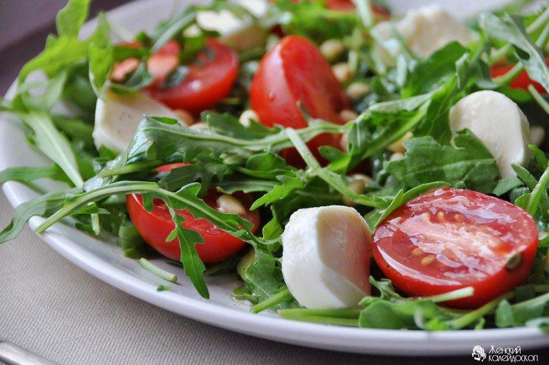 Салат помидоры с моцареллой фото