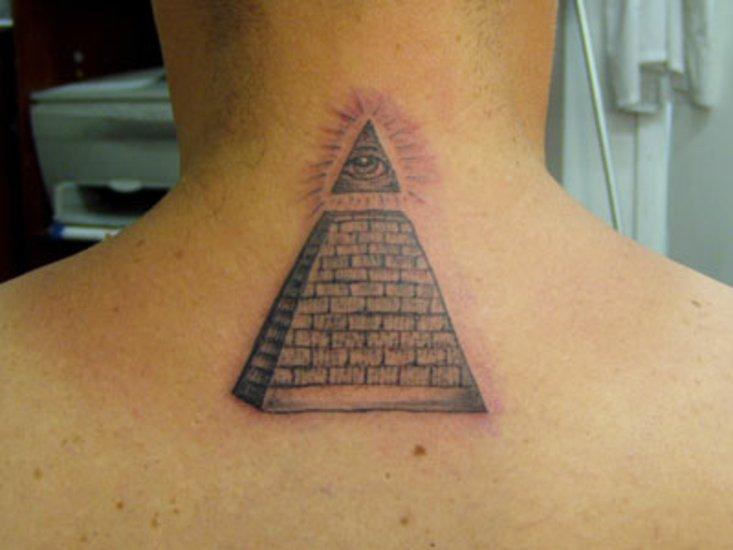 Тату в виде пирамид