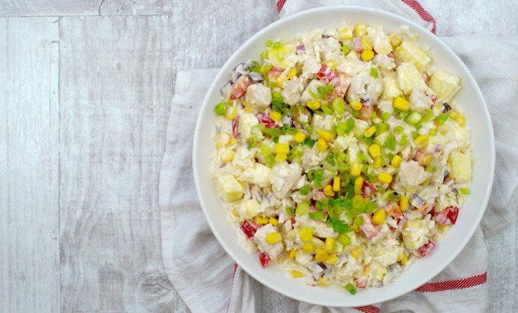 Салат с кукурузой и рисом и курицей