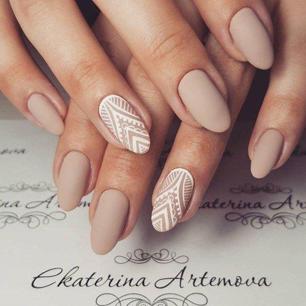 Белый рисунок на бежевых ногтях
