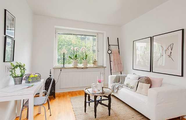 Интерьер маленькой гостиной в белом
