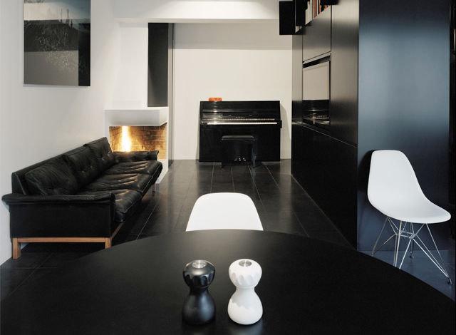 Интерьер гостиной с черным полом фото
