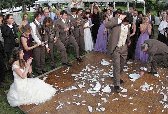 Разбивание тарелок на свадьбу