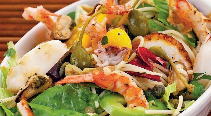 Салат морской коктейль из креветок рецепты с