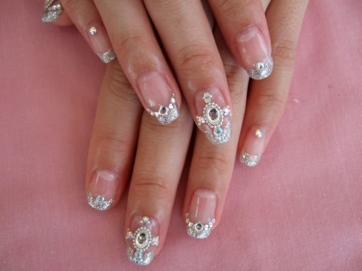 Рисунок стразами на ногтях коротких
