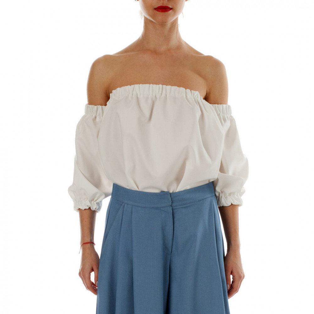 «Блузка белого цвета свободного силуэта с глубоким вырезом ...