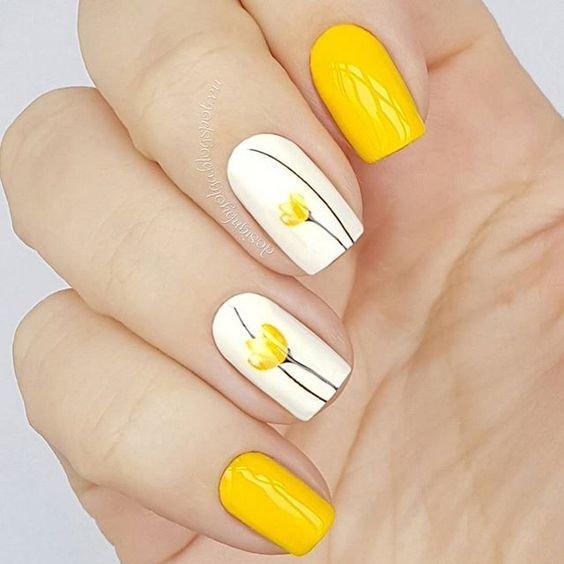 Желтый маникюр с тюльпанами