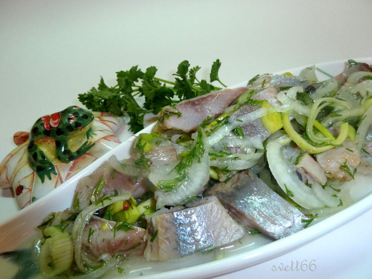 Как сделать солёную селёдку с уксусом и луком