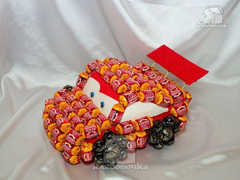 Мальчику подарок из конфет