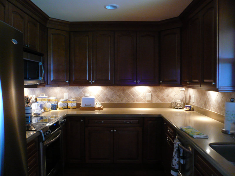 Освещение на кухне - важная составляющая интерьера. Над рабочей зоной освещение можно организовать маленькими, даже единичными,