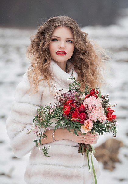 Девушка с цветами зимой