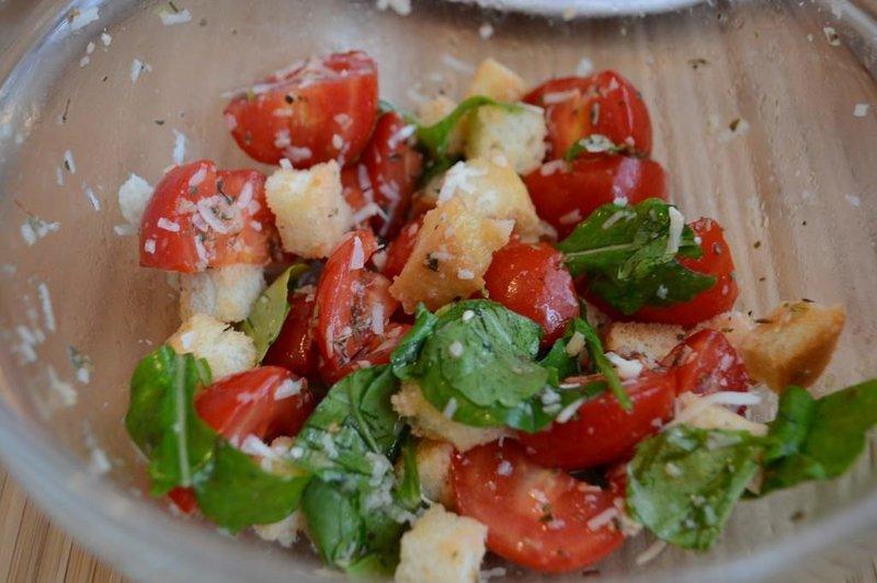 Итальянский салат с сухариками и помидорами и сыром