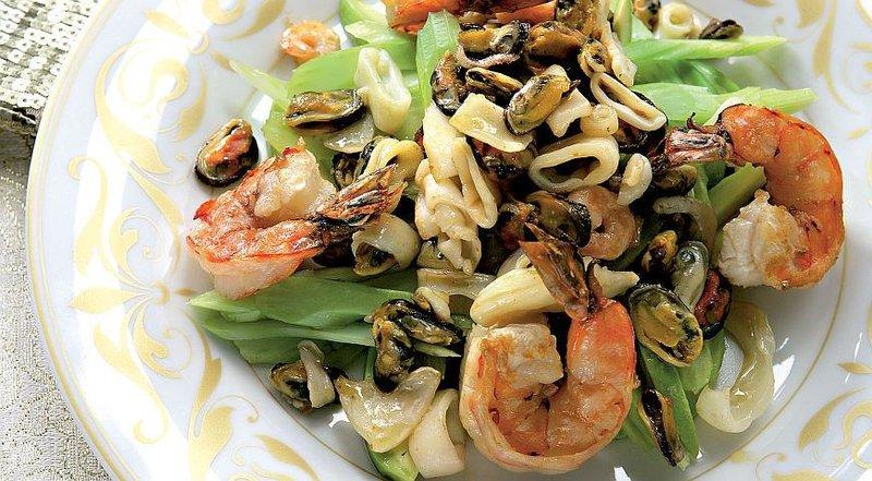 Салат с морским коктейлем пошаговый рецепт с