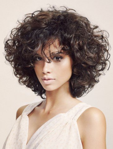 Стрижка на кучерявые волосы средней длины