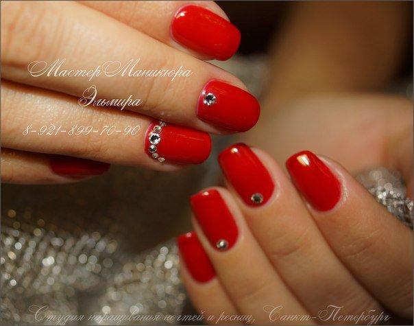 Красный гель со стразами лак на ногтях