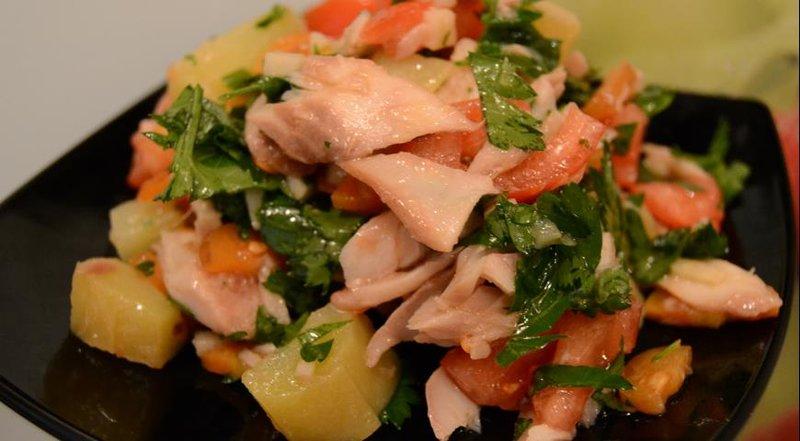Салаты с копченой рыбой рецепты с
