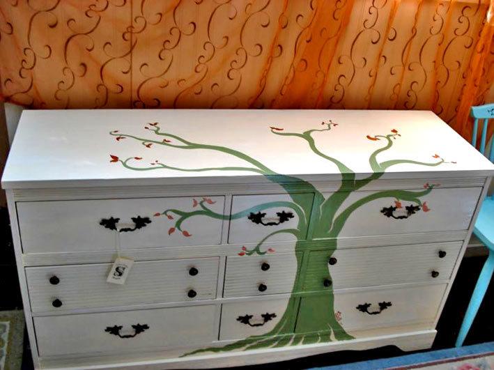 Рисунок на старой мебели