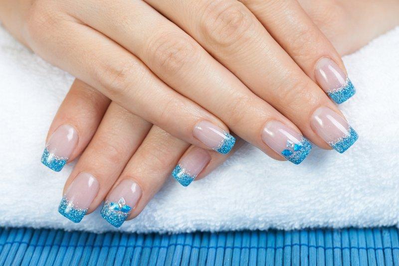 Дизайн ногтей френч голубой с белым