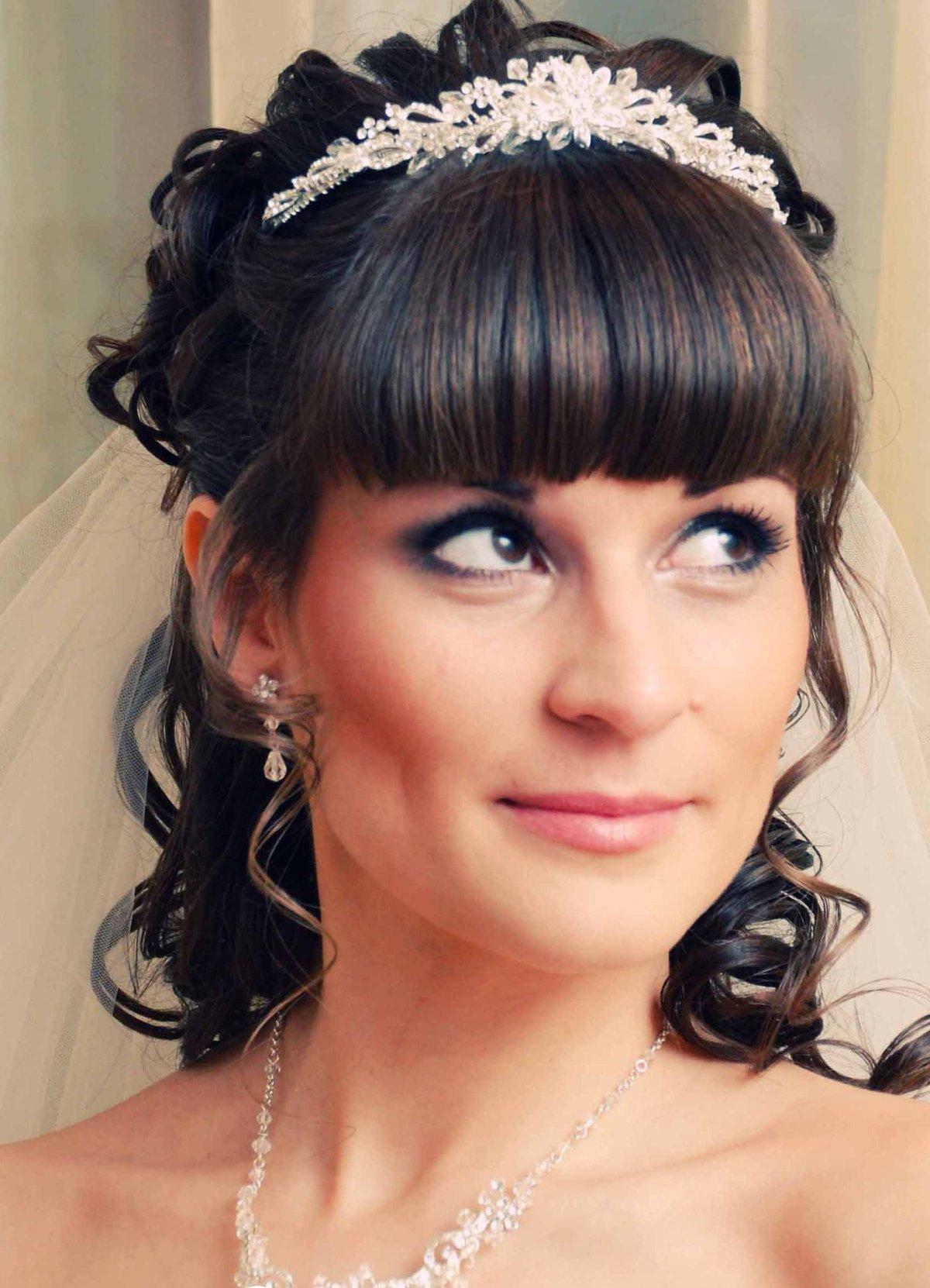 Прическа с диадемой на свадьбу фото