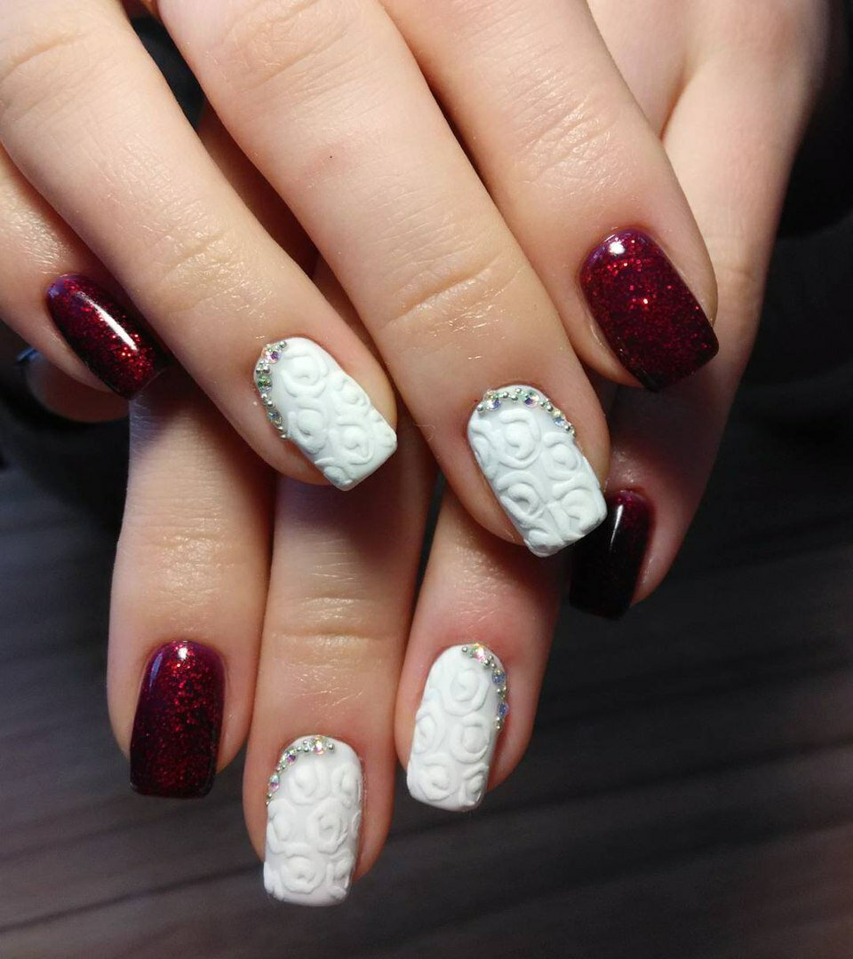 Бордовый рисунок на белых ногтях