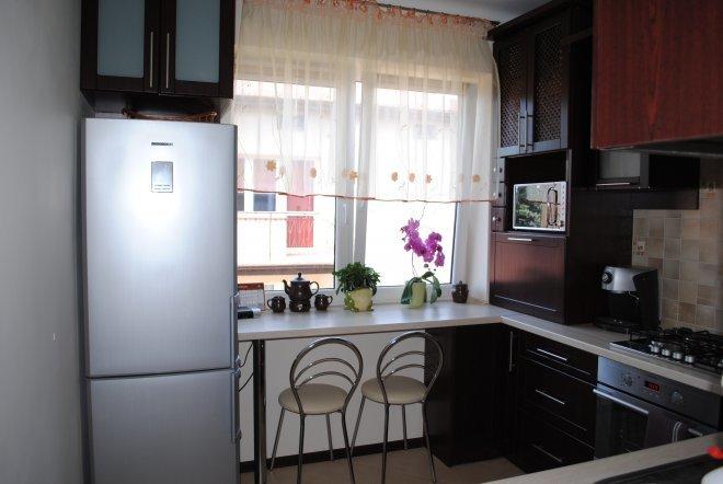 Кухни дизайн угловые с холодильником у окна