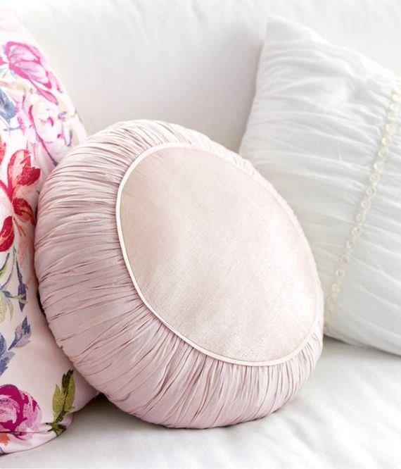 Шьем круглые подушки на диван