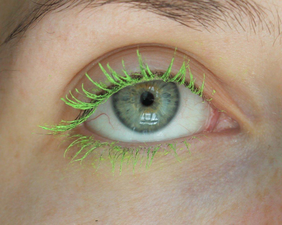 Ресницы с зеленой тушью