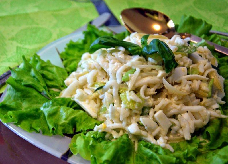 Фото салат из кальмаров с яйцом и кукурузой и огурцом