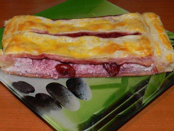 Слоеные пирожки с творогом и вишней рецепт