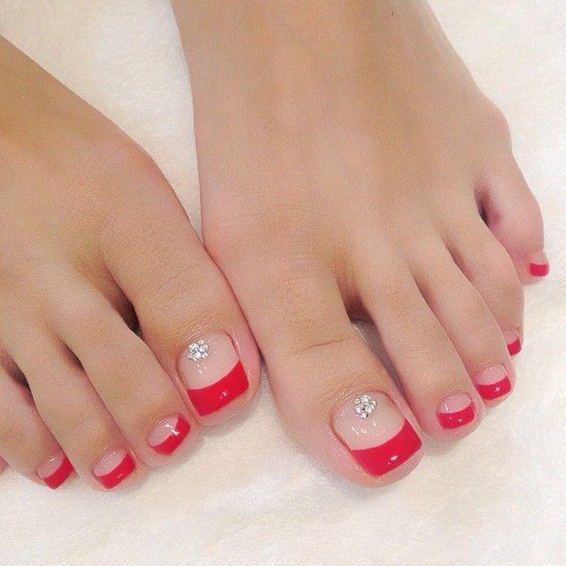 Узоры из страз на ногтях ног