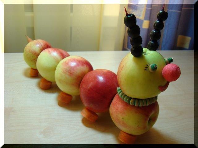 Фото гусеница из яблок поделка