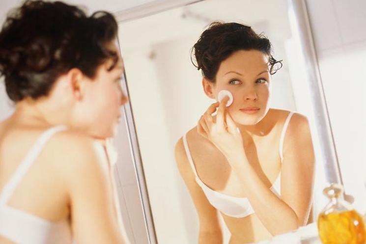 Снимать макияж перед сном