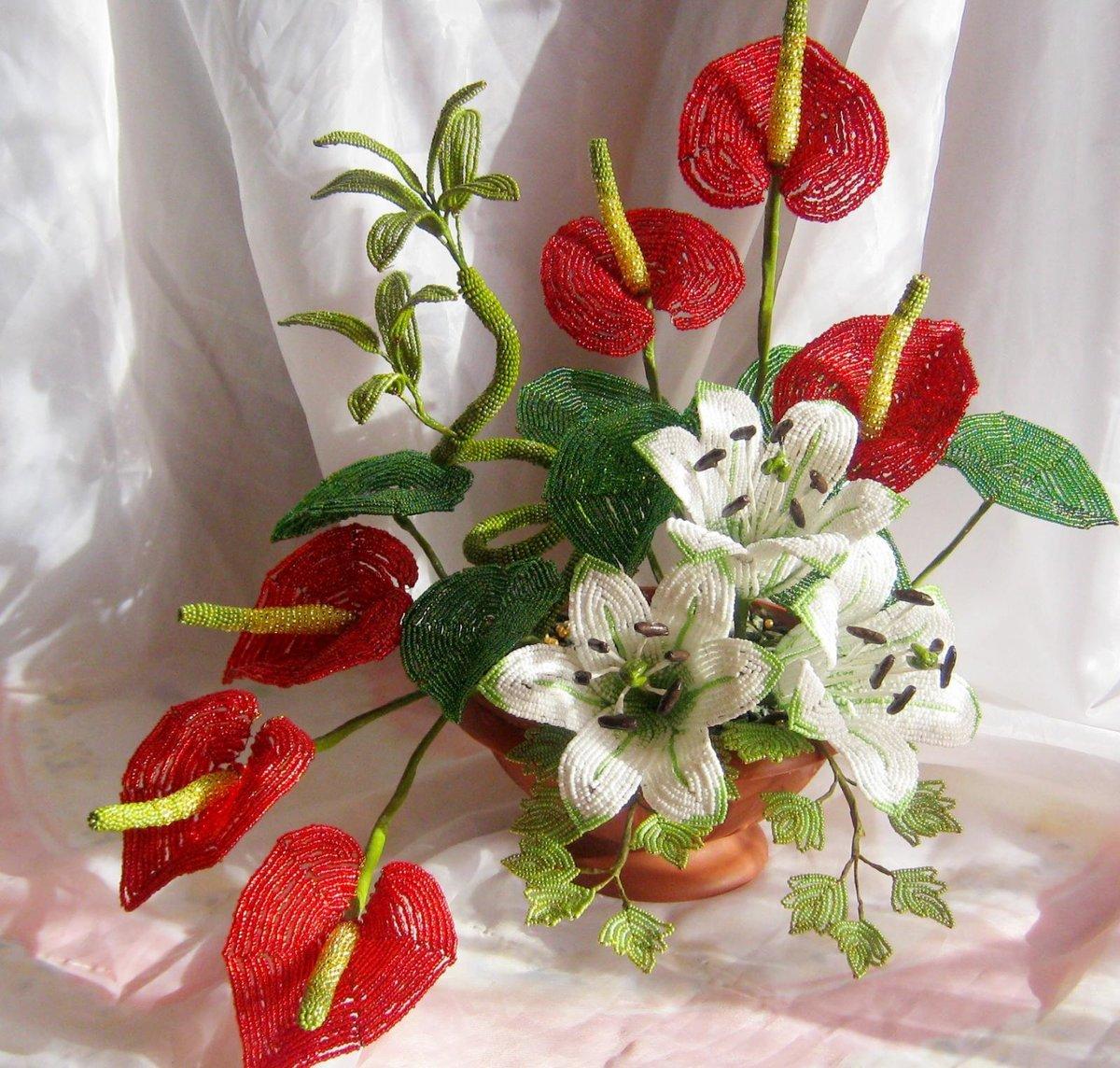 Красивая композиция цветов из бисера