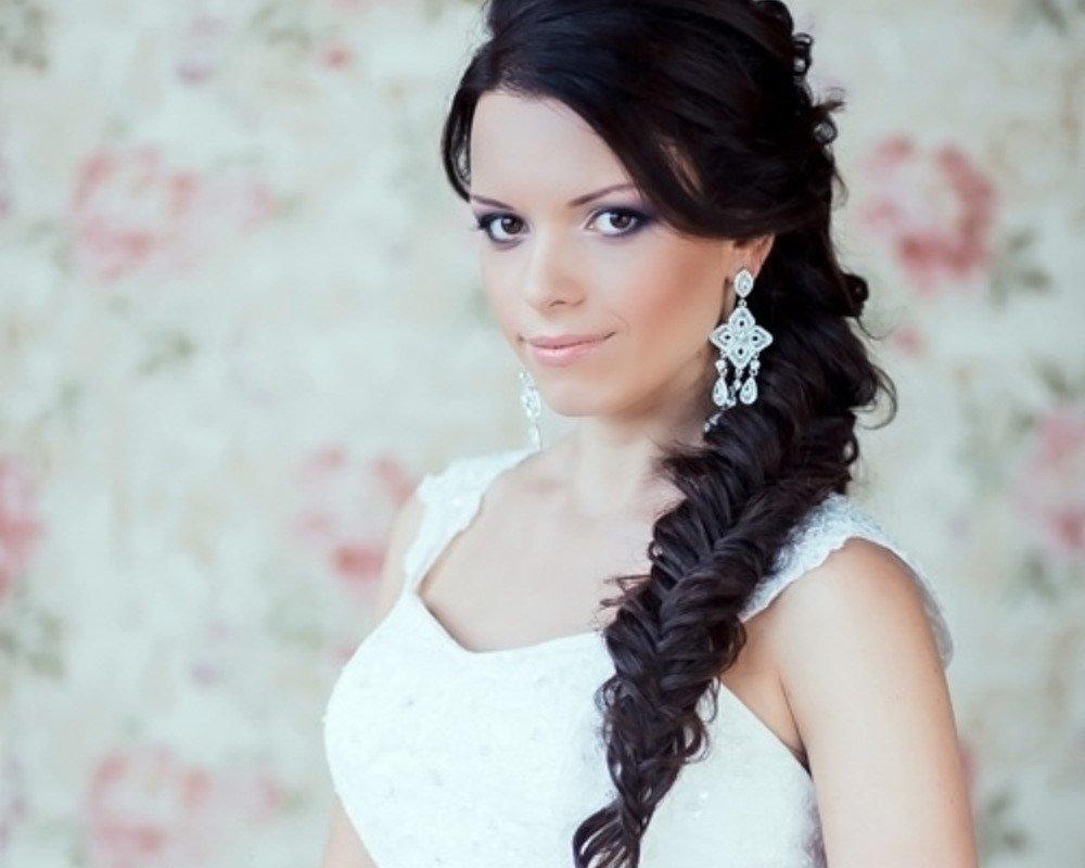 Свадебная прическа с косой на бок и фатой