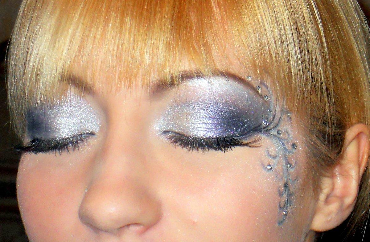 Вечерний макияж с рисунком на лице