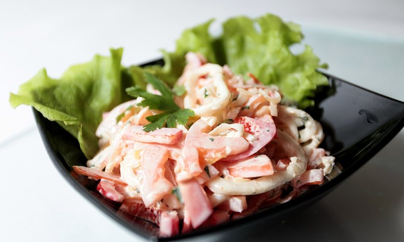 Салат с кальмарами и помидором рецепт с