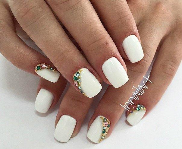 Белые ногти со стразами